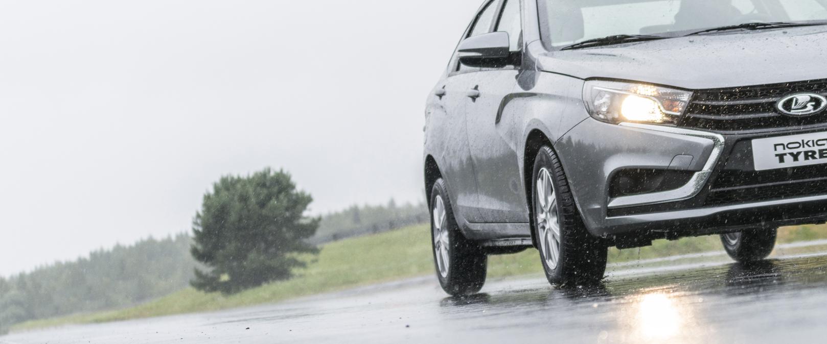 En bil på en regnfull vei