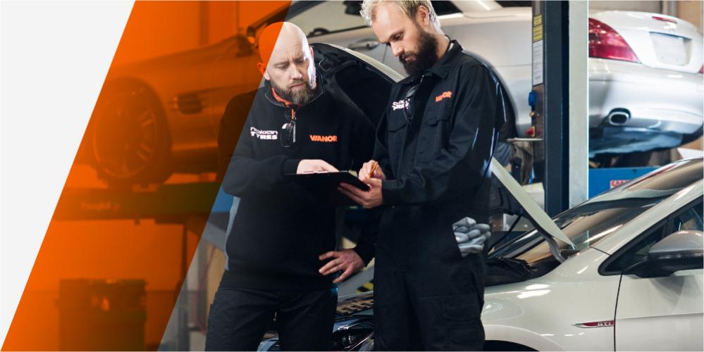Vianorin ammattitaitoinen henkilökunta huoltaa autoa