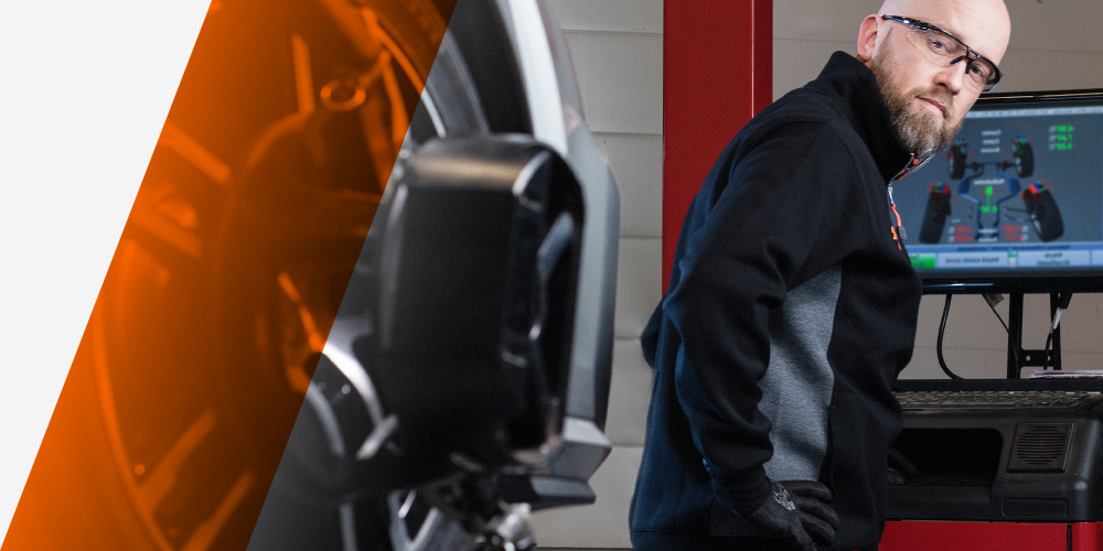Vianor ammattitaitoiset rengasasentajat tarkastamassa ohjauskulmia